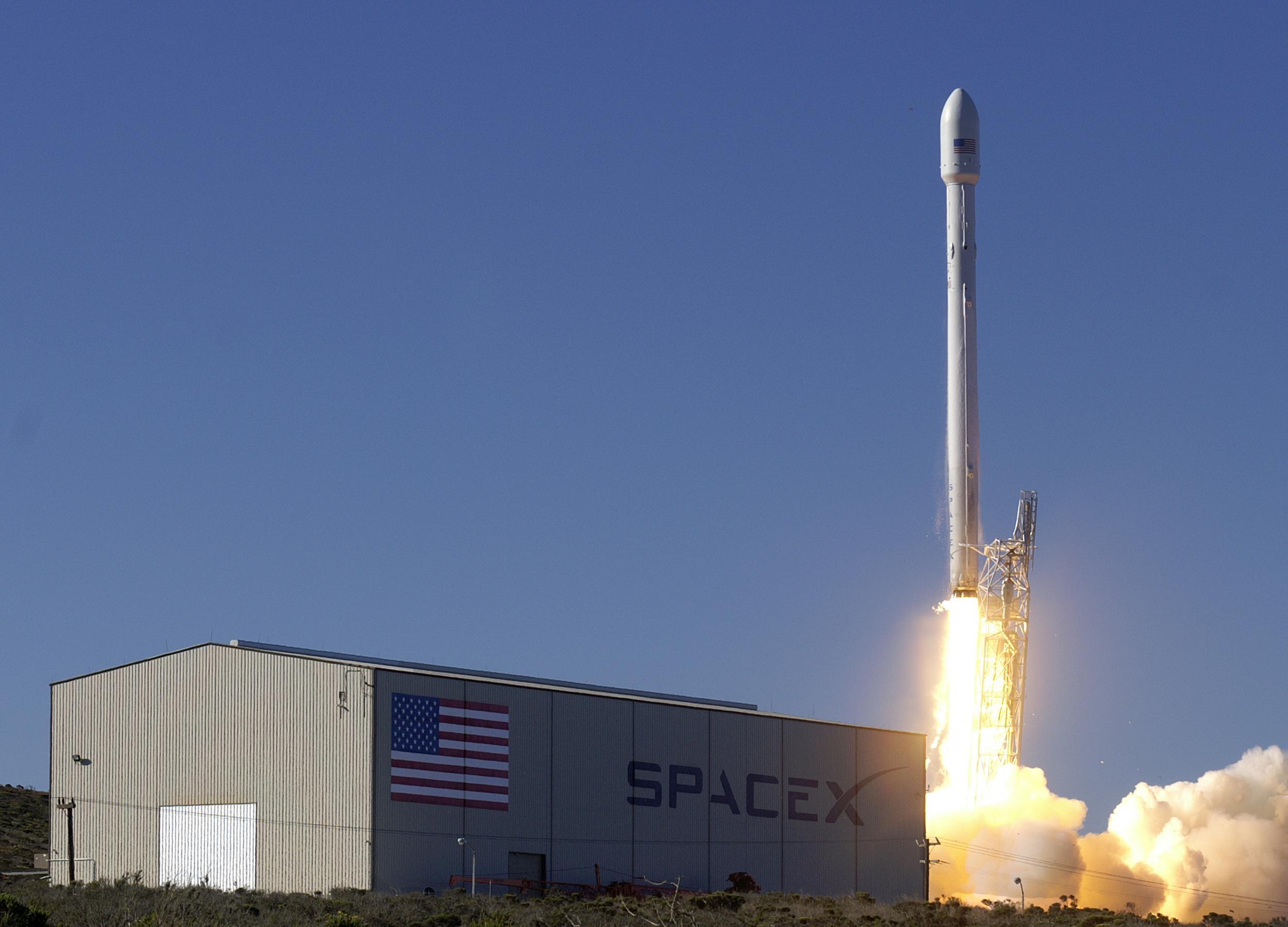 SpaceX запустила вкосмос ракету Falcon 9 із супутником зв'язку